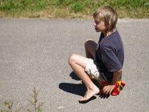 Junge, der eine Ente reitet Lizenzfreie Stockfotografie