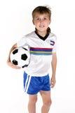 Junge, der eine Fußballkugel anhält Stockbilder