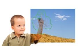 Junge, der eine grünere Zukunft skizziert lizenzfreie stockfotos