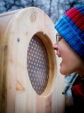 Junge, der in eine Holzkiste schreit Stockbilder