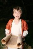 Junge, der eine Rolle liest stockfoto