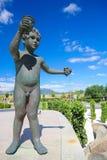 Junge, der eine Schale Wein im Haro, Rioja hält lizenzfreies stockfoto