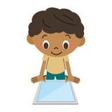 Junge, der eine Tablette betreibt Stockbilder