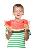 Junge, der eine Wassermelone anhält Lizenzfreie Stockfotografie