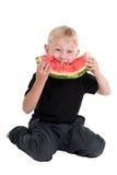 Junge, der eine Wassermelone isst stockfotos