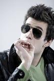 Junge, der eine Zigarette raucht Lizenzfreies Stockfoto