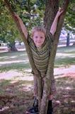 Junge, der in einem Baum spielt stockbilder