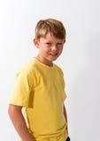 Junge, der in einem Hut aufwirft Lizenzfreie Stockfotos