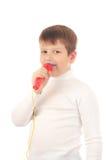 Junge, der in einem Mikrofon singt Lizenzfreie Stockfotos