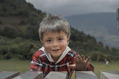 Junge, der in einem Park spielt stockbild