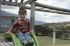 Junge, der in einem Park spielt stockfoto