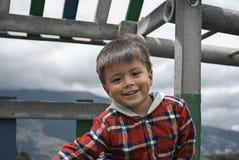 Junge, der in einem Park spielt lizenzfreies stockfoto