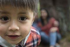Junge, der in einem Park spielt lizenzfreie stockbilder