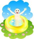 Junge, der in einem Pool spielt Stockfoto
