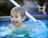 Junge, der in einem Pool spielt Stockbild