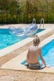 Junge, der in einem Pool steht Lizenzfreie Stockfotos