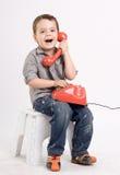 Junge, der an einem Retro- Telefon spricht. stockfotografie