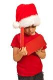 Junge, der in einem Weihnachtskasten schaut Lizenzfreie Stockfotografie