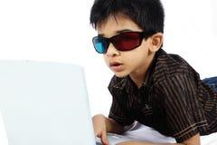 Junge, der einen Film 3d überwacht Lizenzfreie Stockfotografie