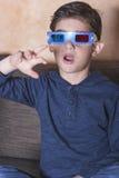 Junge, der einen Film 3d überwacht Stockbild
