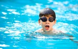 Junge, der einen guten Swim im Pool genießt lizenzfreie stockfotografie