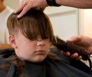 Junge, der einen Haarschnitt erhält Lizenzfreies Stockbild