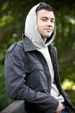 Junge, der einen Hoodie trägt Stockfotos