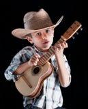 Junge, der einen Hut mit trägt Stockfotos
