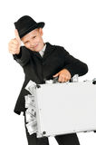 Junge, der einen Koffer voll vom Geld hält Lizenzfreie Stockfotos