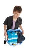 Junge, der einen Korb von Kleidung anhält Lizenzfreie Stockfotografie