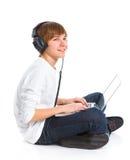 Junge, der einen Laptop verwendet Lizenzfreies Stockbild