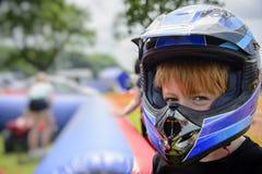 Junge, der einen Motorradsturzhelm trägt Stockbilder