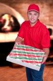 Junge, der einen Pizzakasten liefert Stockbilder