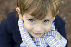 Junge, der einen Schal trägt Stockfotografie