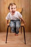 Junge, der einen Wutanfall während auf einer Unterbrechung wirft Stockfotografie
