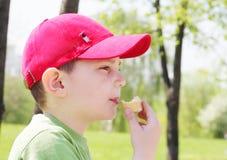 Junge, der Eiscreme isst Stockfoto