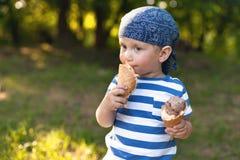Junge, der Eiscreme isst Stockfotos