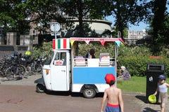 Junge, der Eiscreme-LKW betrachtet, stockbild