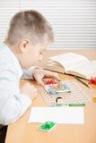 Junge, der elektrischen Kreisläuf zusammenbaut Stockfotografie