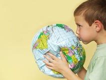 Junge, der Erde wieder belebt lizenzfreies stockbild