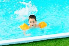 Junge, der erlernt zu schwimmen lizenzfreie stockbilder