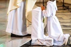 Junge, der erste heilige Kommunion annimmt stockfoto