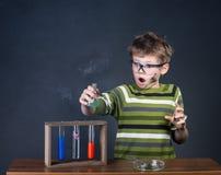 Junge, der Experimente durchführt. Kleiner Wissenschaftler. Lizenzfreies Stockfoto