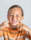 Junge, der fehlende Zähne zeigt Stockfotografie