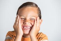 Junge, der fehlende Zähne zeigt Lizenzfreies Stockfoto