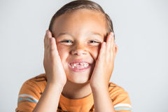 Junge, der fehlende Zähne zeigt Lizenzfreie Stockbilder