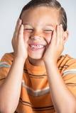 Junge, der fehlende Zähne zeigt Lizenzfreie Stockfotos