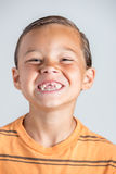 Junge, der fehlende Zähne zeigt Lizenzfreies Stockbild