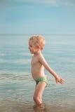 Junge, der fertig wird, zum Tauchen zu springen tief stockfotografie