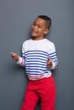 Junge, der Finger lächelt und zeigt Lizenzfreies Stockfoto